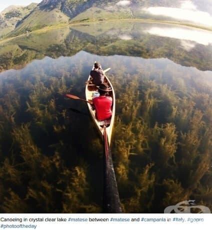Едно пътуване с кану над кристално чистите води на езеро в Италия.