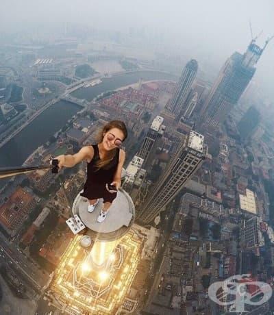 Ангела Николау се фотографира по покривите и кулите на небостъргачи.