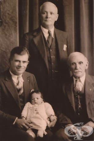 """""""Майка ми ми показа тази снимка на """"4 поколения"""", направена през 1933 г. Дядо ми е бебето."""""""