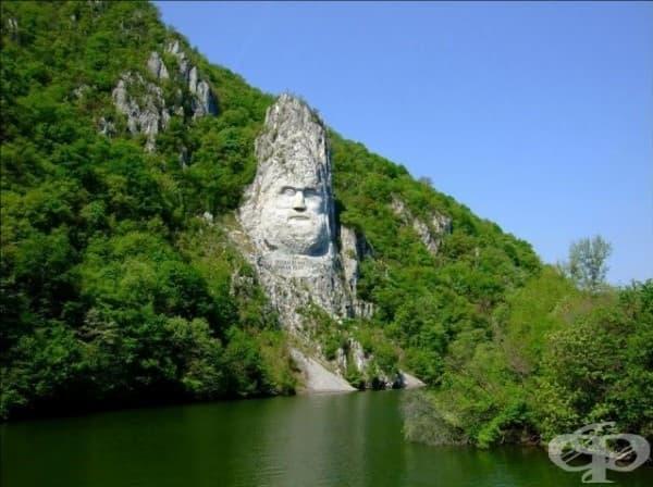 Статуята на крал Децебал, Сърбия, близо до границата с Румъния