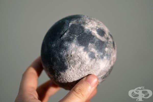 Глобус на Луната с релефна повърхност
