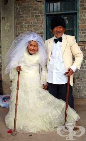 Двойка, която не е имала шанса да носи сватбена рокля и костюм на сватбената си церемония, сбъдва мечтата си след 88 години!