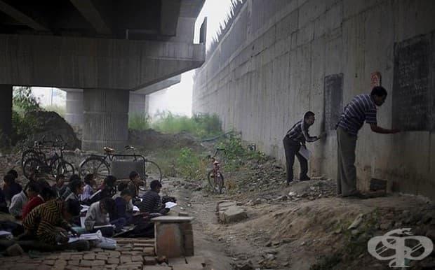 Първите учители доброволци, които обучават децата в Ню Делхи.