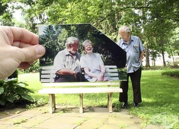 Мъж, застанал до пейката, на която той и жена му седели заедно.