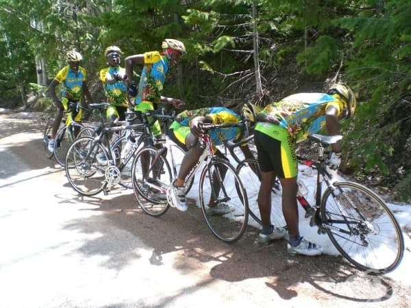 Колоездачи от Руанда виждат сняг за първи път.
