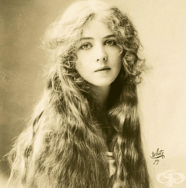 Малка актриса от Бродуей с прекрасна коса.