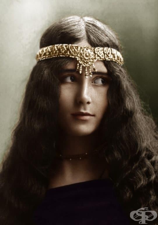"""Френска танцьорка, която печели наградата """"Кралицата на красотата"""" в първия конкурс """"Топ красиви жени"""", организиран от списание """"Илюстрация"""" през 1896 г."""
