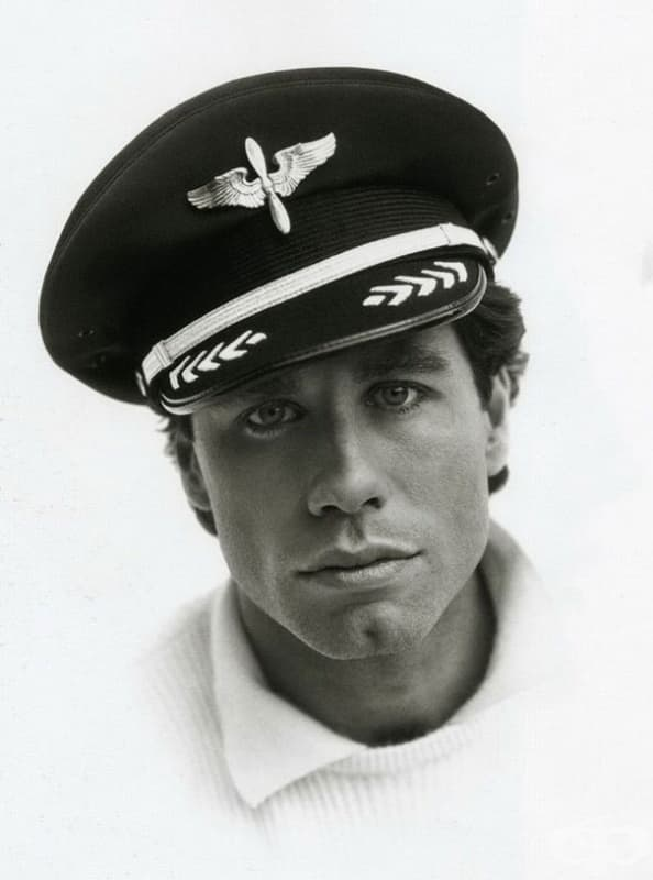 Джон Траволта позира с пилотската си шапка през 1985 г. Той е лицензиран пилот.