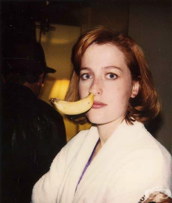 Джилиън Андерсън с банан в носа на снимачната площадка на Досиетата Х.