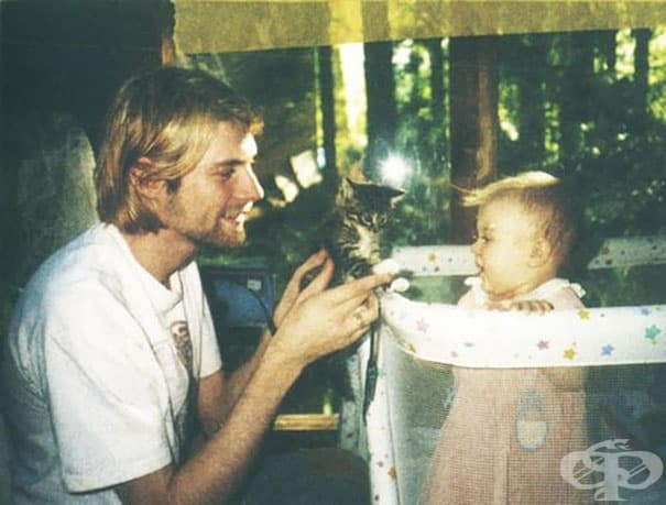 26-годишният Кърт Кобейн показва котенце на дъщеря си Франсис, 1993 г.