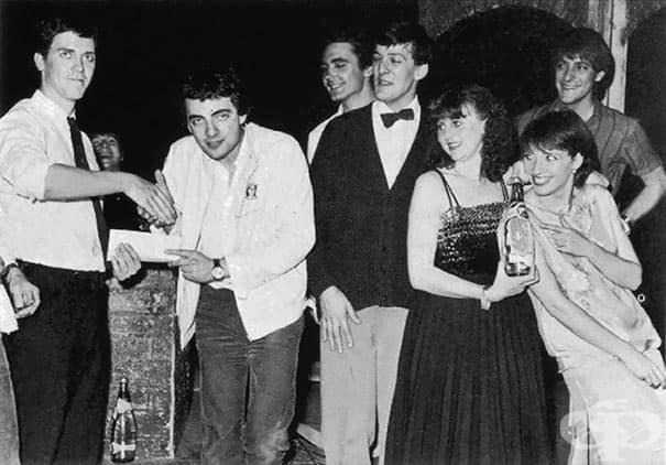 Младите Хю Лори, Роуан Аткинсън, Тони Слатъри, Стивън Фрай, Пени Дуайър, Ема Томпсън и Пол Шиърър на комедийни награди през 1981 г.