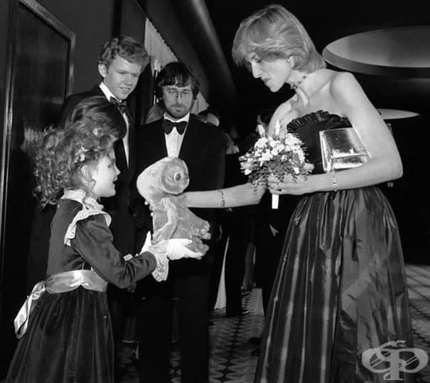 7-годишната Дрю Баримор подарява на принцеса Даяна кукла от филма Извънземното. Стивън Спилбърг ги наблюдава.