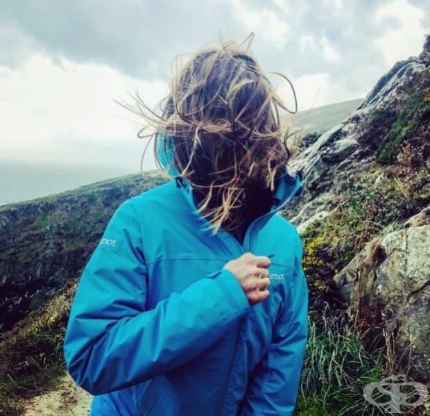 Силен вятър, който унищожава прическата ви, е цената, която трябва да платите за снимка в планината.