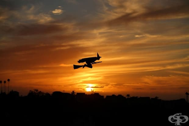 Дистанционно управляван самолет във формата на вещица лети над квартал на фона на залязващото слънце на Хелоуин в Калифорния.
