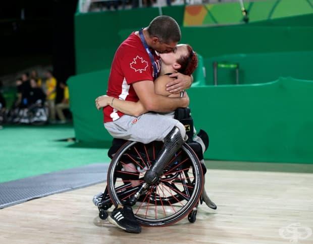 Канадският баскетболен играч Адам Лансиа прегръща съпругата си Джейми Джуелс, след плейофите на женския баскетболен отбор на Канада срещу Китай по време на параолимпийските игри.