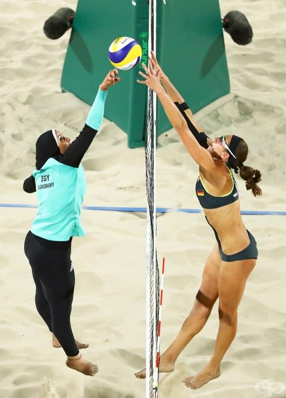 Доаа Алгобаши от Египет и Кийра Волкенхорст от Германия по време на волейболен мач на Олимпийските игри.