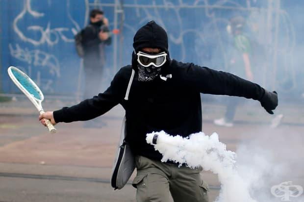 Демонстратор използва тенис ракета, за да върне кутия сълзотворен газ по време на протест срещу предложената реформа на закона за труда в Нант, Франция.