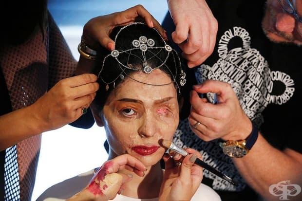 Индийският модел и жертва на нападение с киселина Решма Квереши преди да представи колекцията пролет/лято 2017 на индийския дизайнер Ачана Кочхар по време на Седмицата на модата в Ню Йорк.