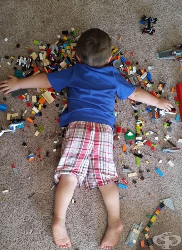 Да заспиш върху конструктора. Tова момченце вероятно е безсмъртно.