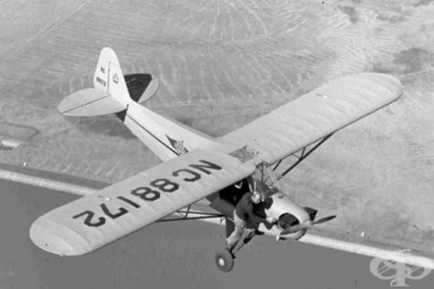 Пилот се опитва да задейства спрялото витло на самолета му по време на полет