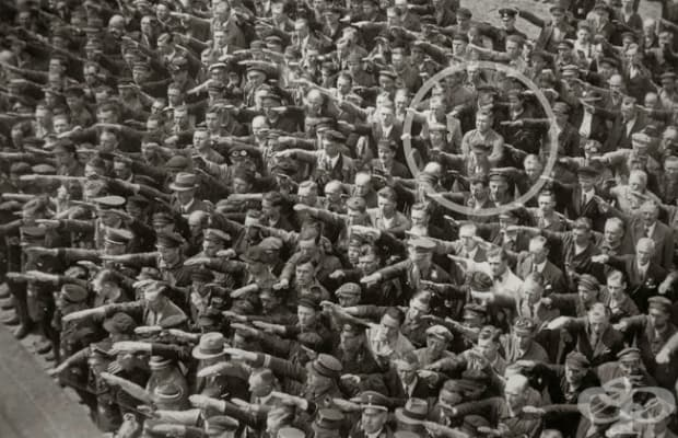 Германският индустриален работник Оугуст Ландмесер, чиято съпруга е еврейка, отказва да поздрави Хитлер. Хамбург, 1936 г.