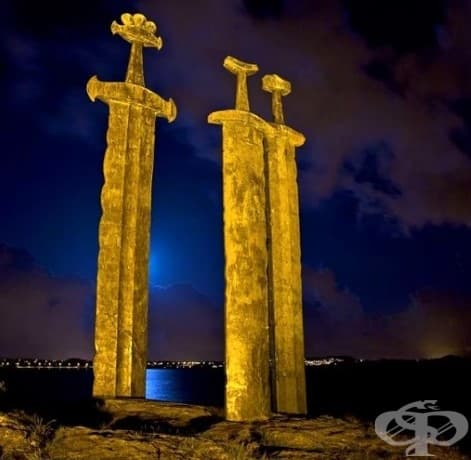 """Гигантски статуя на мечове, наречена """"Sverd i Fjell"""", която се намира на норвежкия бряг"""