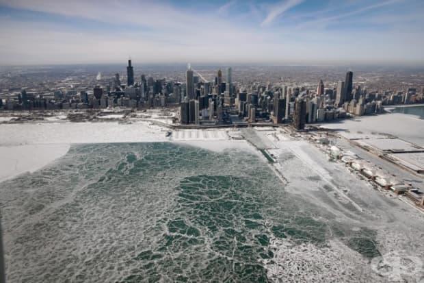 Езерото Мичиган е покрито с лед.