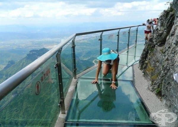 Стъклената пътека на ужаса (височина 1430 метра), Китай.