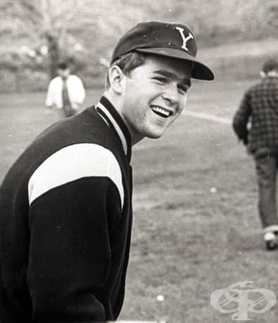 """Джордж У. Буш в бейзболно облекло в университета """"Йейл"""", Калифорния, 1964-68"""