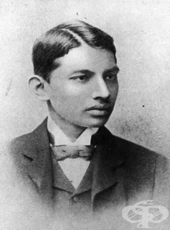 Махатма Ганди през 1887 г. като студент по право