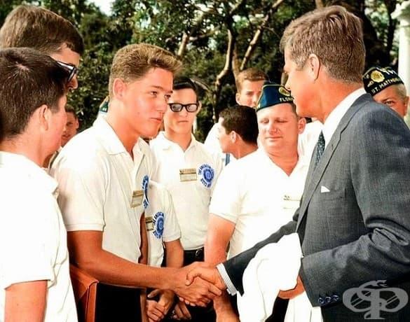 Младият Бил Клинтън се здрависва с президента Джон Кенеди в розовата градина на Белия дом. 24 юли 1963 г.