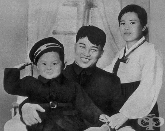Ким Йонг Ир със своя баща Ким Ил-Сун и Неговата майка Ким Джонг-сук през 1945 г.