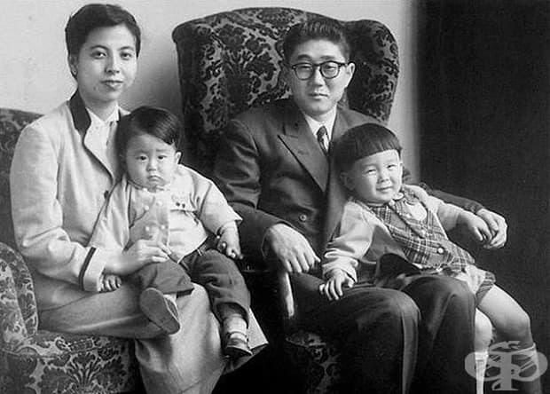 Младият Шинц Абе, министър-председател на Япония (долу вляво), заснет със семейството си през 1956 г.