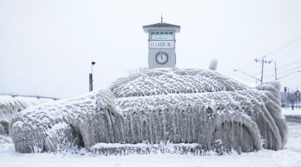 Замръзнала кола в Хамбург, Ню Йорк, близо до езерото Ери