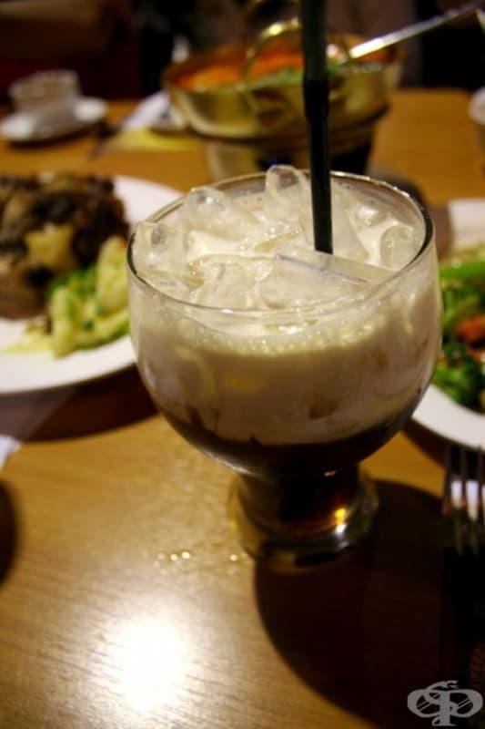 Тайланд - Тайландски чай се състои от тайландски билки, прясно мляко и лед.
