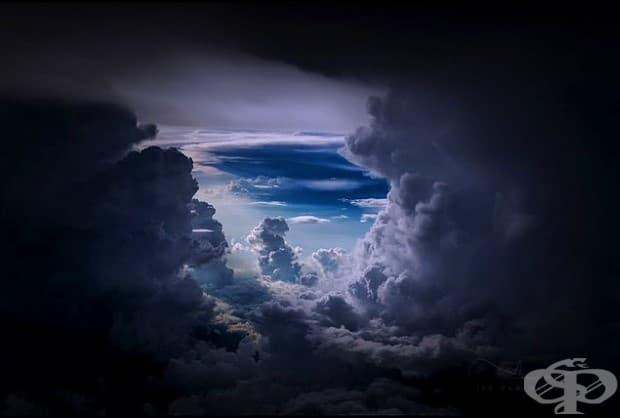 Тунел през облаците.