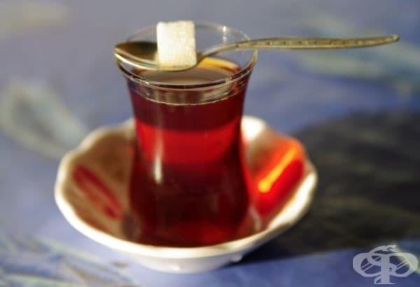 Турция - В Турция предпочитат силен чай, сервиран в малка чаша с бучка захар.