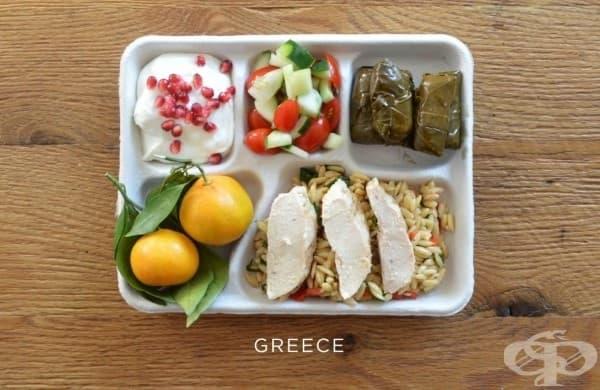 Гърция: печено пиле върху ориз, сарми, салата с домати и краставици, пресни портокали, йогурт с нар.