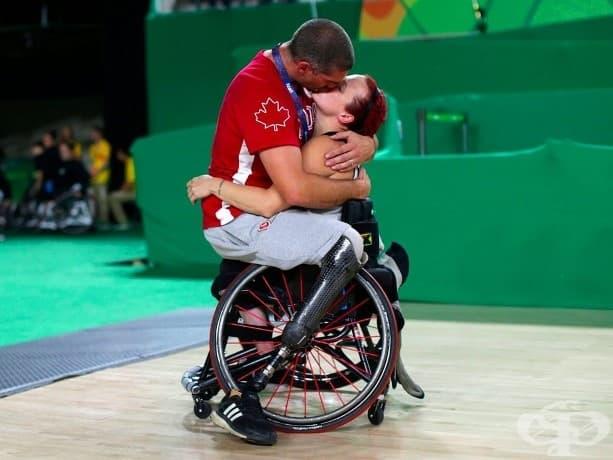 Адам Ланчиа, играч от мъжкия баскетболен отбор в инвалидна количка на Канада целува съпругата си Джейми Джуълс след мача си в Рио Параолимпийските игри.