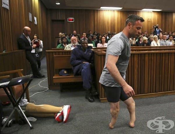 """Олимпийският атлет Оскар Писториус сваля протезните си крака по време на процес в опит да докаже, че е """"уязвим"""" мъж и да избегне по-дълга присъда за убийството на приятелката си Рийва Стийнкамп."""