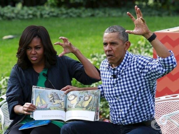 """Американският президент Барак Обама и първата дама Мишел Обама упражняват четене на детската книжка """"Where the Wild Things Are"""" на деца, събрали се за годишното честване на Великден на Южната морава на Белия дом във Вашингтон."""