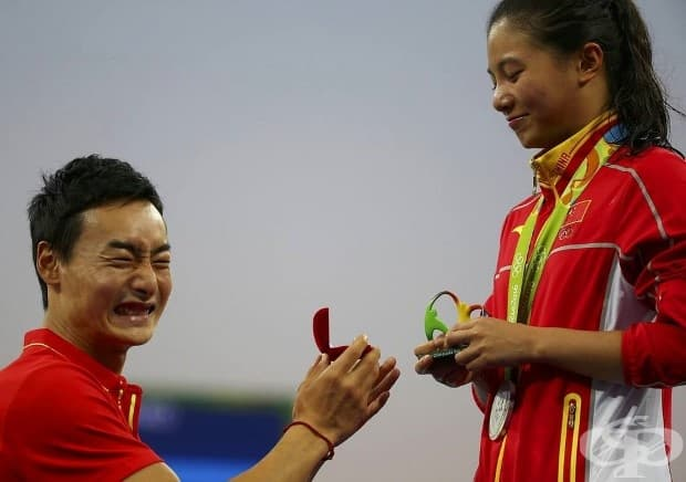 Водолазката от Китай - Хи Зи - получава предложение за брак от китайския олимпийския водолаз Цин Кай след церемонията по раздаване на медалите.