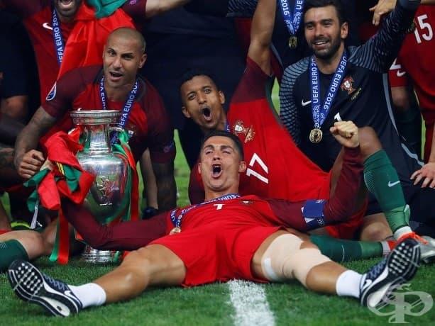 Кристиано Роналдо празнува победата със своя португалски отбор и трофея си на УЕФА Евро 2016.