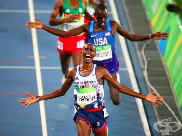 Мо Фара от Великобритания празнува спечелването на финала на 5000 метра за мъже на Олимпиадата в Рио, Бразилия.