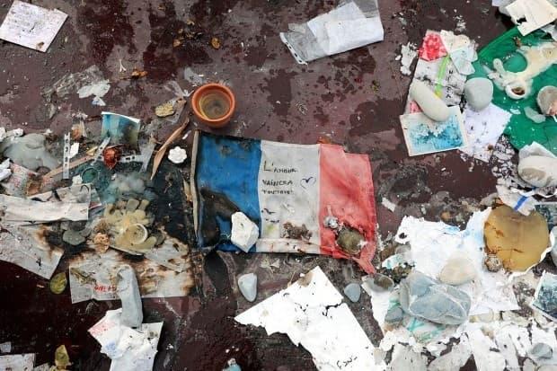 През юли 19-тонен камион се заби в гъста тълпа от хора, празнуващи Деня на Бастилията в Ница, Франция. 86 души бяха убити, а други 434 ранени при нападението, за което ISIS по-късно пое отговорност. На тази снимка се вижда френски флаг на мемориал на Англ