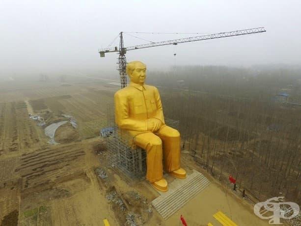 Гигантска статуя на китайският председател на Китайската комунистическа партия Мао Цзедун в процес на изграждане в близост до ниви в село в Китай.