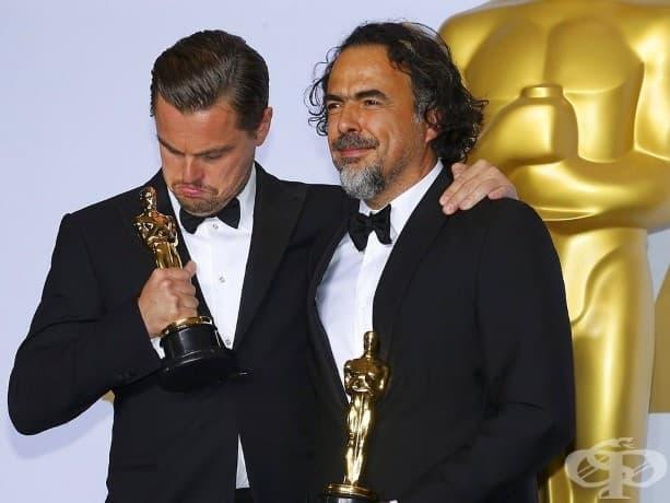 """Леонардо ди Каприо печели първата си награда на академията за най-добър актьор за ролята си в """"Завръщането"""", режисиран от Алехандро Гонсалес Иняриту, който също печели награди за най-добър режисьор и най-добър оригинален сценарий."""