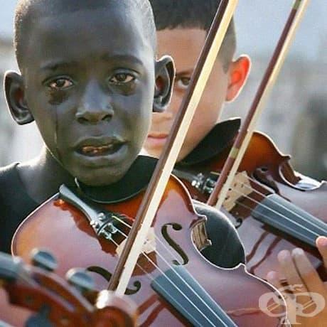 12-годишният  бразилец Диего Фразао Торкуато свири на цигулка на погребението на своя учител.