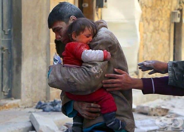 Момче спасява сестра си изпод развалините на дома им в Сирия.