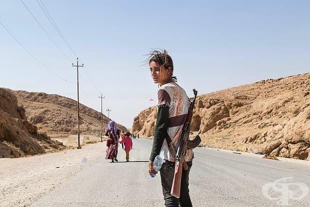 Йезидско момиче носи пушка, за да защити семейството си срещу ISIS.
